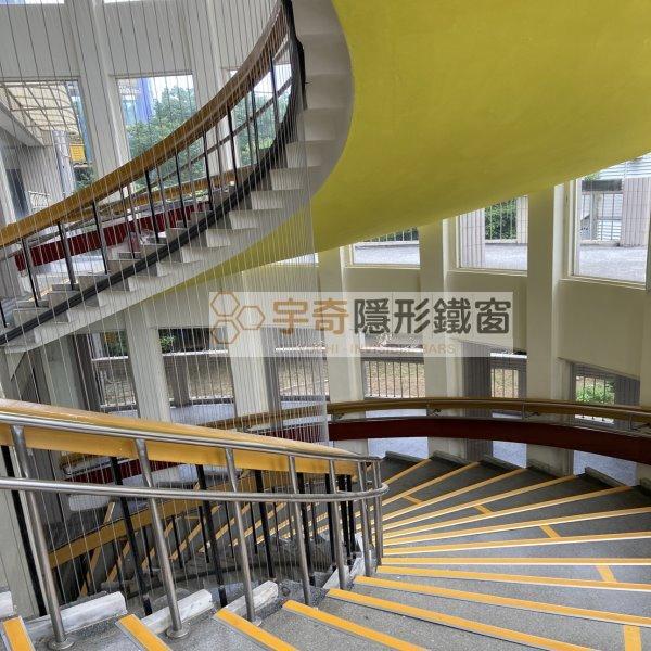 台北大安芳和國中 – 設置隱形鐵窗作為樓梯防墜網 、樓梯安全網